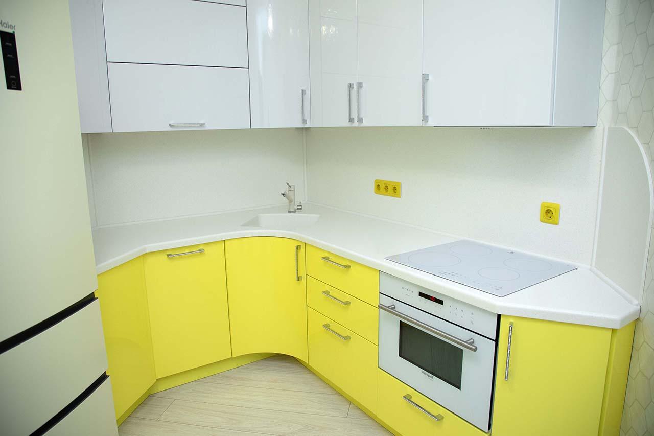 Красивая кухня в желтом исполнении с искусственной столешницей