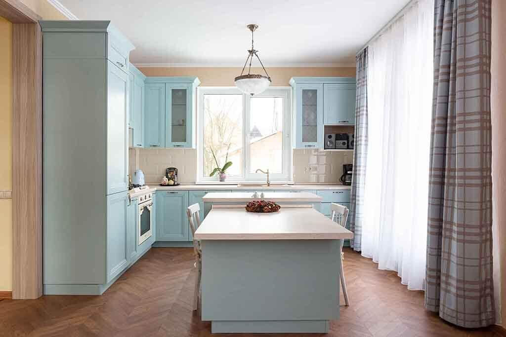 Стильная кухня в светлых тонах
